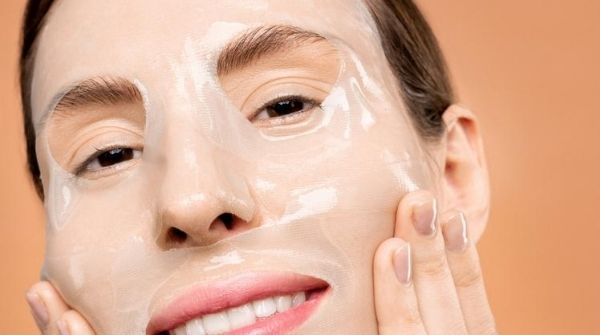 This ready-made make-up product helps in preserving the moisture content to prevent dryness in the skin. This dryness may cause occurrence of cracks.