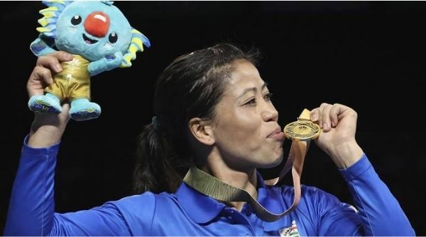 Kom posing after winning with her Gold Medal at the Asian Games