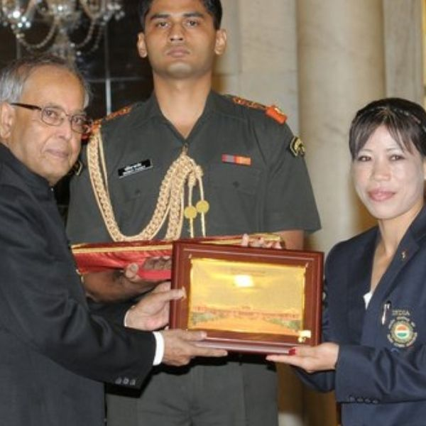 Kom taking her Award from the President of India